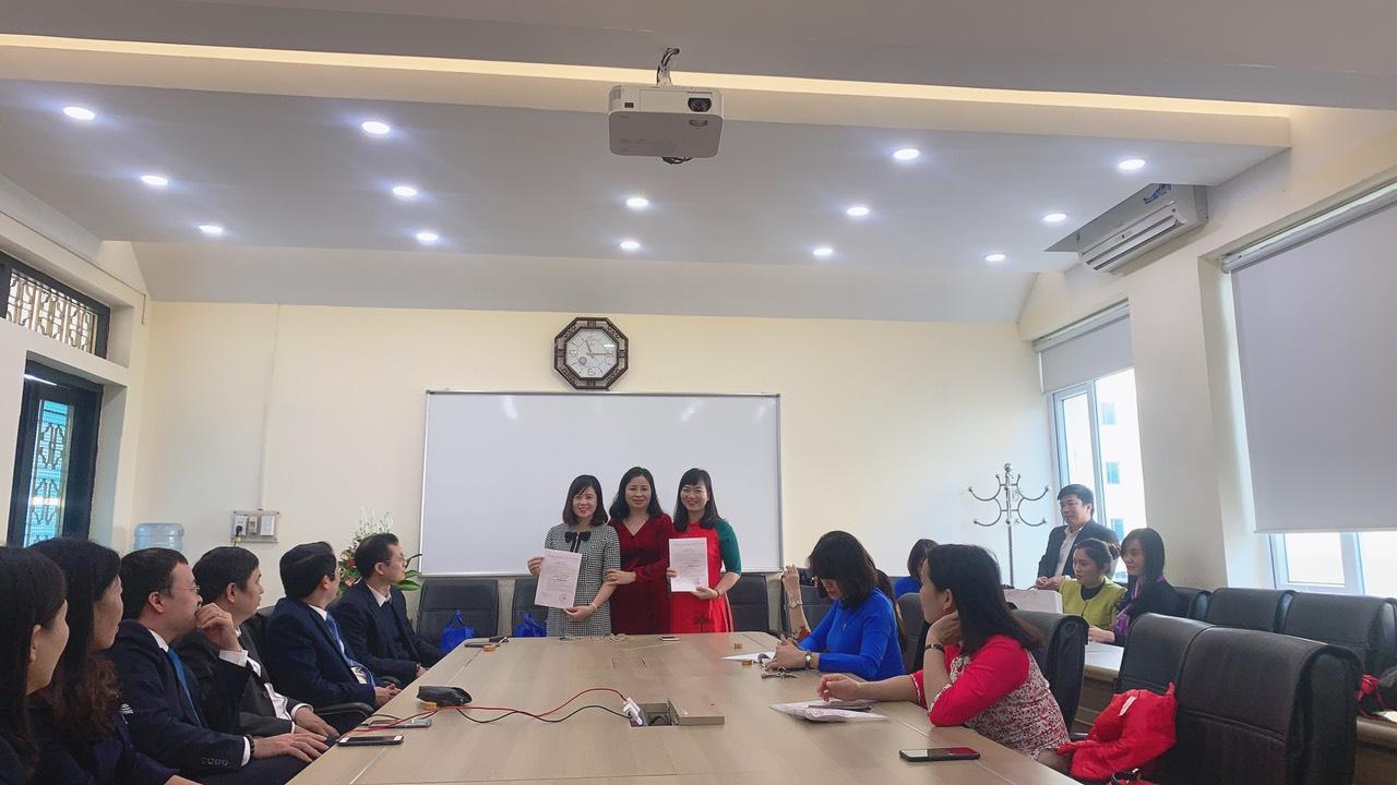 Hai cô giáo Trịnh Thị Hạnh và Bùi Thị Kim xuân Chính trở thành đảng viên Đảng Cộng sản Việt Nam